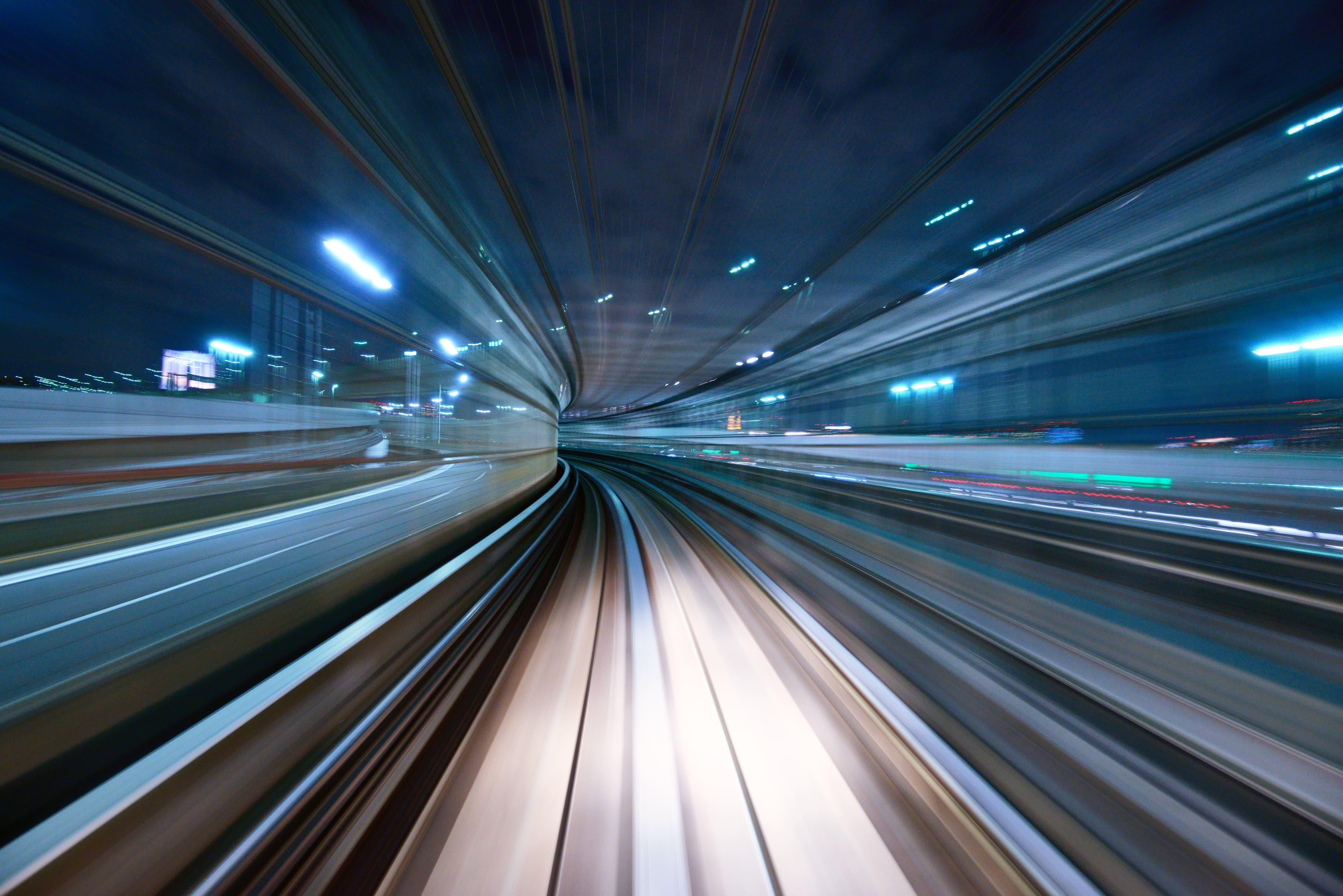 高速で移動しているイメージ図